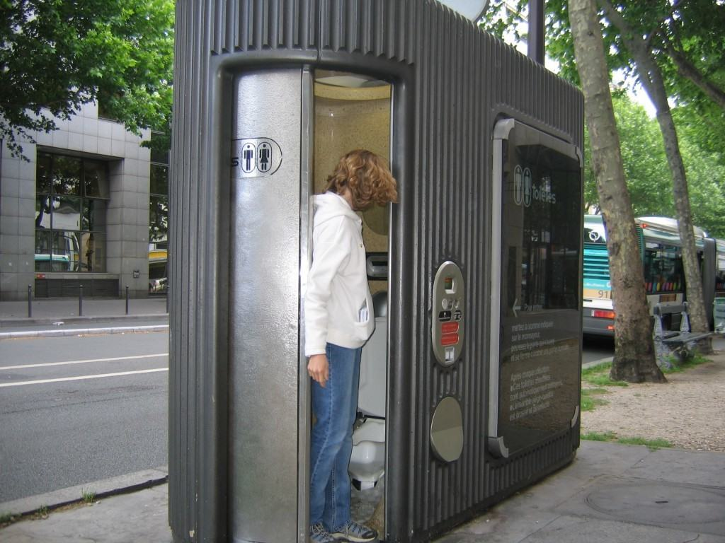 paris-travel-public-bathroom